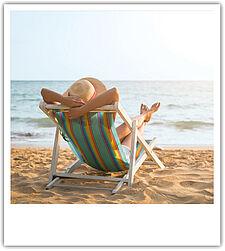 Entspannt im Liegestuhl am Strand