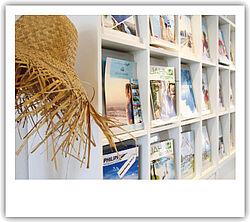 Katalogregal mit Strohut