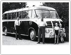alter Bus mit Familie